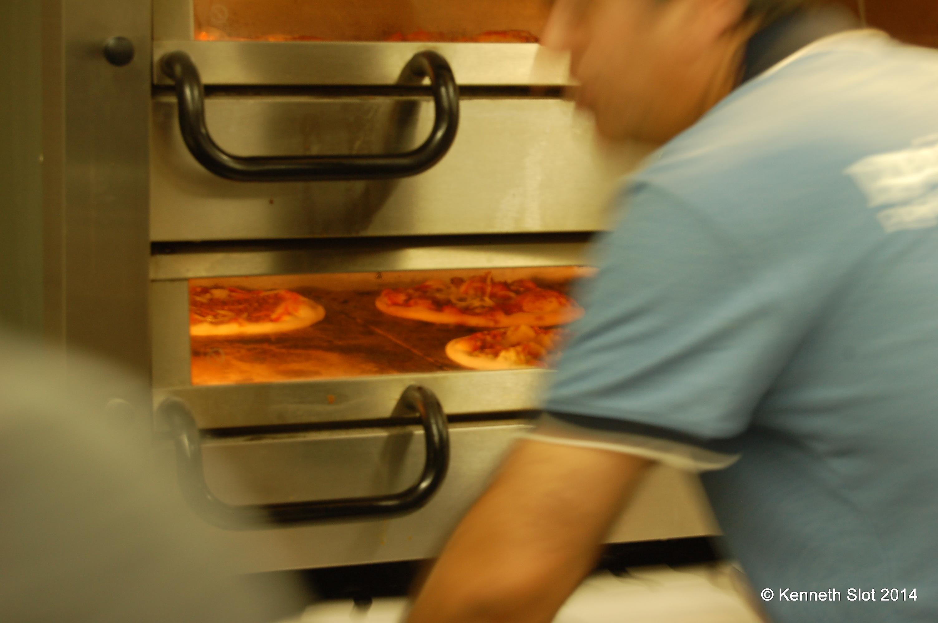 Metin styrer pizzaovnen