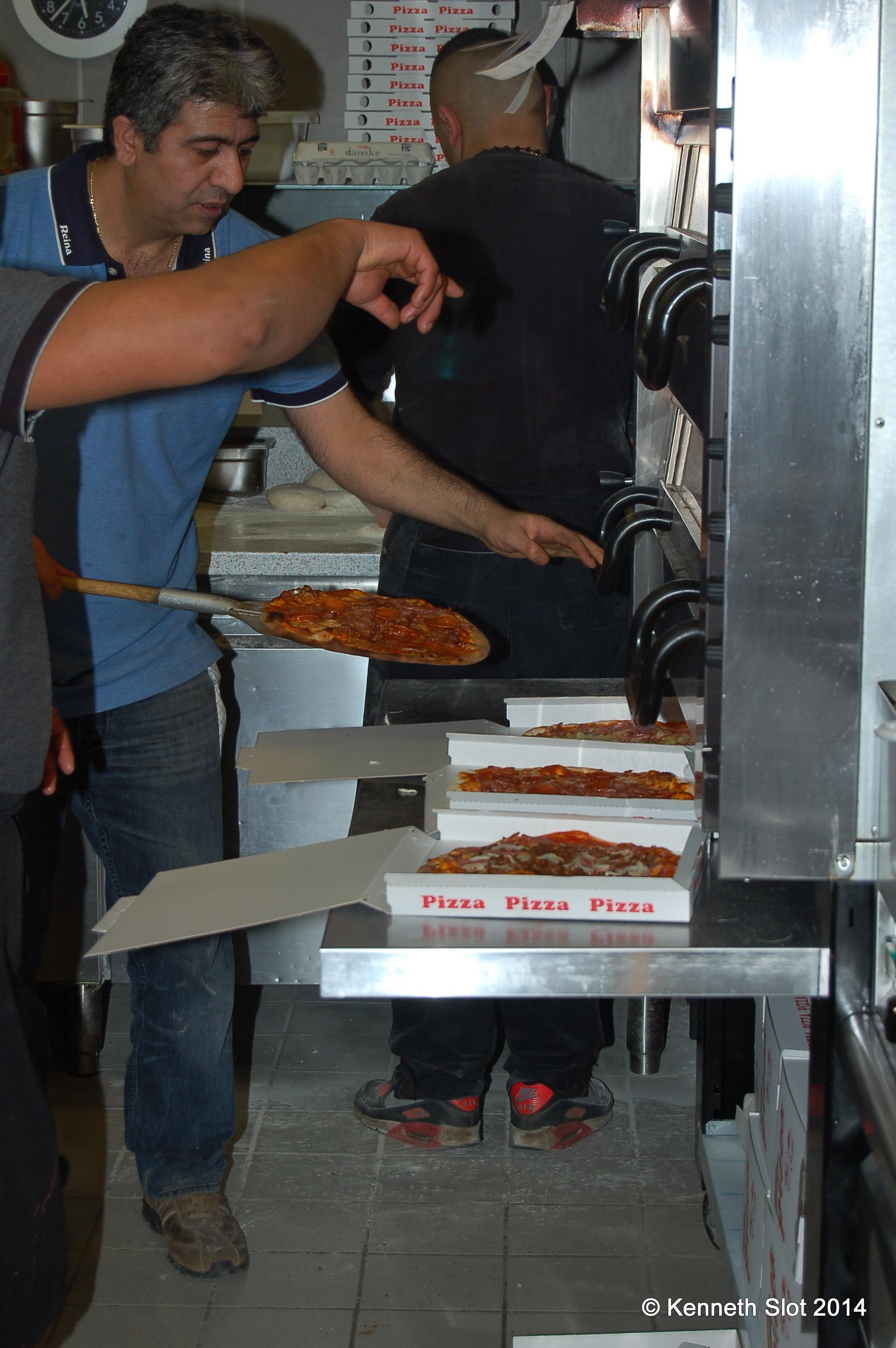 Lækre pizzaer på vej til kunderne